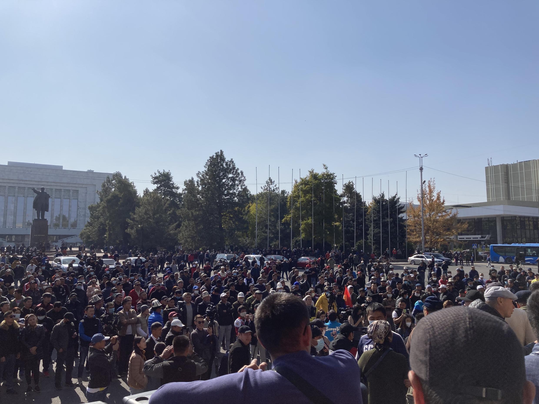 Собравшиеся на Старой площади перед домом правительства потребовали не только немедленного утверждения в должности премьера Садыра Жапарова, но и отставки президента Жээнбекова и роспуска парламента.