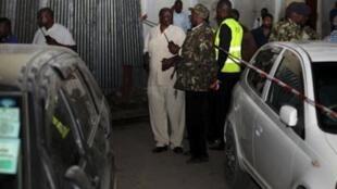 wataalamu wa vilipuzi wakifanya uchunguzi  baada ya sahmbulio la bomu tarehe 23 Mei 2014 mjini Mombasa mtaa wa Biashara