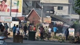 Huko Abidjan, vijana waandamana wakipinga Alassane Ouattara kuwania kiti cha urais, hata hivyo wamekabiliana na polisi, Agosti 13, 2020.