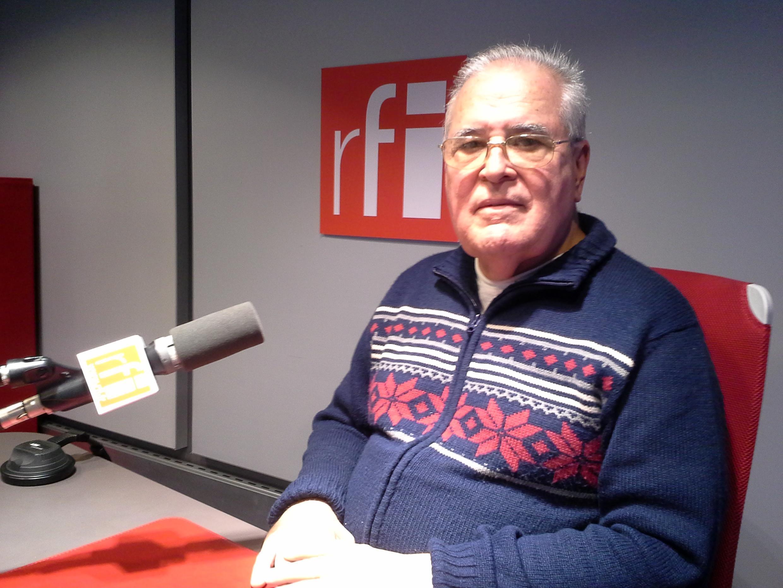 Elizardo Sánchez en los estudios de RFI.