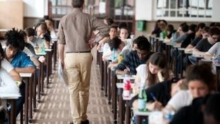 Francia: jóvenes estudiantes pasan el examen de bachillerato -BAC- .
