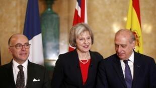 La ministre britannique de l'Intérieur, Theresa May, entouré de ses homologues espagnol Jorge Fernandez Diaz et français Bernard Cazeneuve, le 10 décembre 2015.