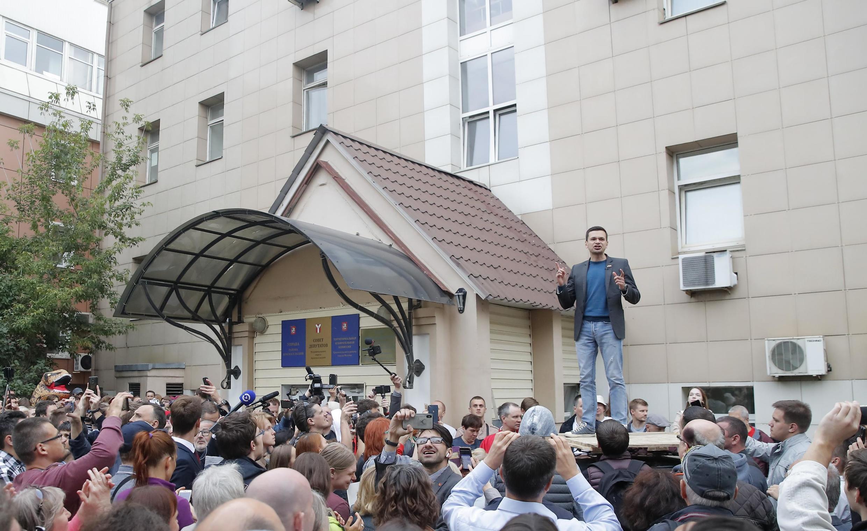 Nhà đối lập Nga Ilya Yashin trong một cuộc biểu tình phản đối các vi phạm trong bầu cử địa phương, Matxcơva, ngày 10/07/2019