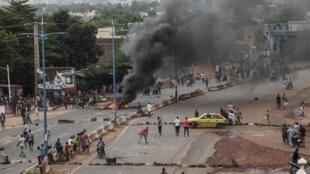Ce vendredi soir, des pneus continuaient de brûler et des barricades avaient été érigées par des jeunes à Bamako.