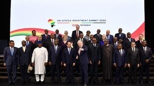 Primeiro-ministro britanico, Boris Johnson, rodeado de vários governantes africanos, na primeira Cimeira de Investimento Reino Unido – África. Londres, 20 de Janeiro de 2020.
