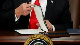 Tổng thống Mỹ Donald Trump chuẩn bị ký sắc lệnh tại bộ An Ninh Nội Địa ở Washington (Mỹ), ngày 25/01/2017.