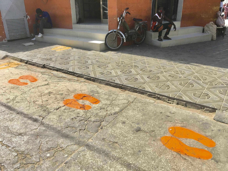 Les pochoirs du graffeur Docta devant une boulangerie du quartier de la Médina, à Dakar.