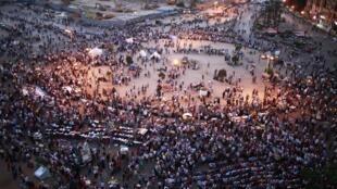 Une fois la journée de travail achevée et la chaleur tombée, c'est par milliers que les manifestants ont une nouvelle fois convergé vers la place Tahrir, dimanche 3 juin 2012.