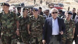 Le président de la République libanaise Michel Sleiman, aux côtés de soldats de l'armée, près de la ville du Arsal, où 3 soldats libanais avaient été tués, le 29 mai 2013.