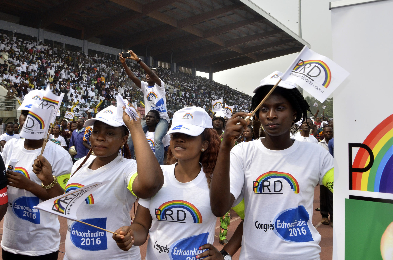 Des jeunes lors d'un meeting politique du candidat Lionel Zinsou, Premier ministre du Bénin, le 31 janvier 2016.