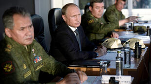 Le président russe Vladimir Poutine (au centre) et son ministre de la Défense Sergueï Choïgou (à gauche) assistent à un exercice militaire, le 19 septembre 2015.