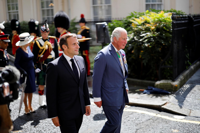 Le président français Macron et le prince Charles déposent des couronnes devant la statue de Charles de Gaulle à Carlton Gardens dans le centre de Londres le 18 juin 2020.