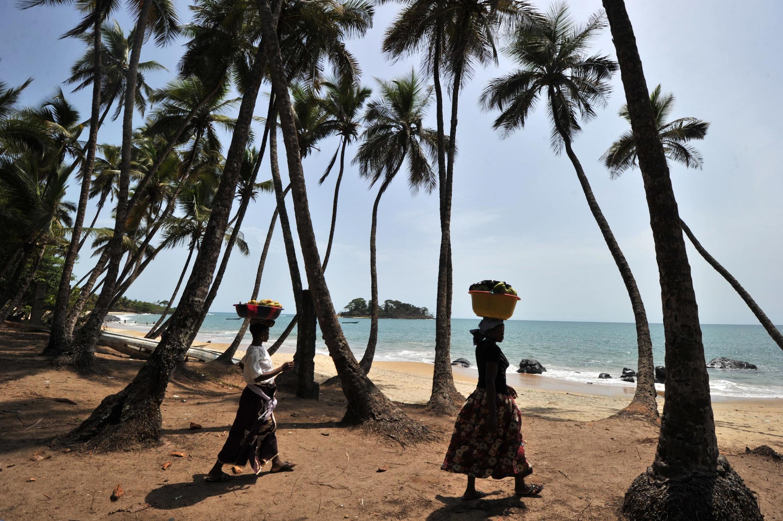 Vue de la plage de Tokeh, près de Freetown, la capitale de la Sierra Leone.