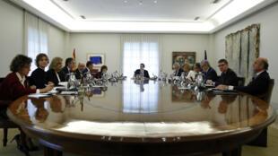 O premiê Mariano Rajoy presidiu na manhã de sábado (21) uma reunião ministerial que definiu as condições de intervenção na Catalunha.