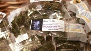 Pacotes contendo 28 gramas de maconha, peso máximo autorizado por lei, prontos para ser vendidos no Colorado.