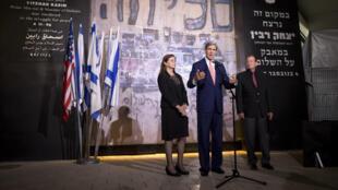 John Kerry à Tel Aviv en compagnie de la fille du Premier ministre israélien assassiné Yitzhak Rabin, le 5 novembre 2013.