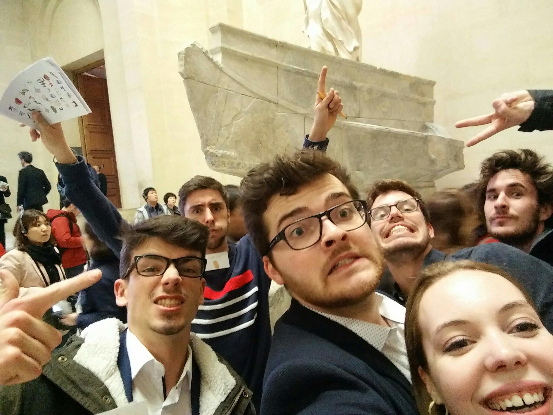Grupo de amigos fazem selfie após terem conseguido abrir o Cryptex