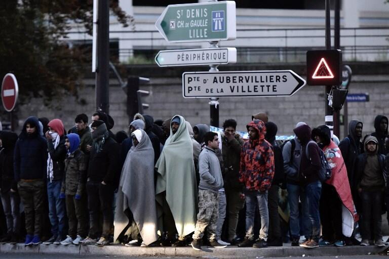 Des migrants et réfugiés se rassemblent à la porte de la Chapelle à Paris, durant l'évacuation d'un campement, le 9 mai dernier (photo d'illustration).
