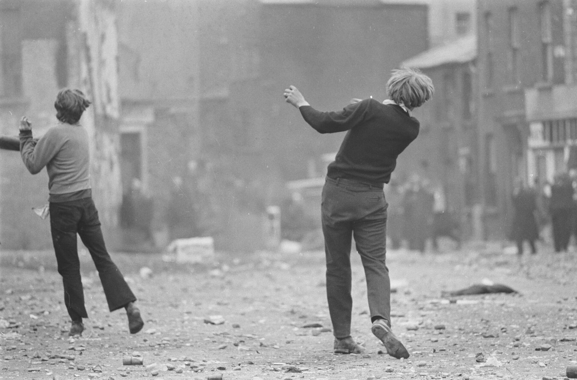 Gilles CARON : Manifestations anticatholiques à Londonderry 1969. La photo sert aussi pour l'affiche de l'exposition « Soulèvements » au Jeu de Paume.