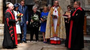 مراسم قرار دادن خاکستر استیون هاوکینگ روز جمعه پانزده ژوئن در کلیسای وست مینستر در لندن برگزار شد