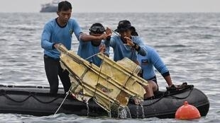 Maafisa wa uokoaji nchini Indonesia wakitoa mabaki ya ndege iliyoanguka baharini Januari 10 2021
