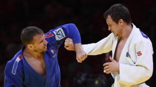 Kilian Le Blouch (en bleu) lors de son combat (-66 kg) face au Moldave Vadim Bunescu aux Championnats du monde de Budapest, le 7 juin 2021