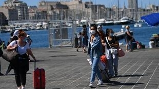 Touristes portant des masques contre le Covid-19 sur le Vieux port, à Marseille, le 26 août 2020.