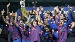 Đội trưởng Carles Puyol cùng cả đội Barcelona giương cao chiếc Cúp vô địch Câu lạc bộ thế giới  tại sân Yokohama ngày 18/12/2011.