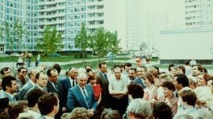 """Михаил Горбачев вместе с супругой на """"неформальной"""" встрече с жителями одного из новых кварталов, ок. 1988."""
