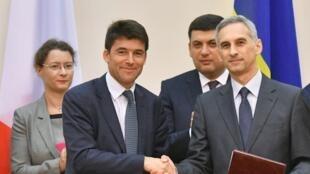 Bà đại sứ Pháp tại Ukraina Isabelle Dumont (T, đằng sau) và thủ tướng Ukraina Volodymyr Groïsman chứng kiến lễ ký hợp đồng giữa TGĐ Airbus Helicopters Bruno Even (T) và đại diện công ty hàng không Ukraina Gennady Balla, ngày 14/07 ở Kiev.