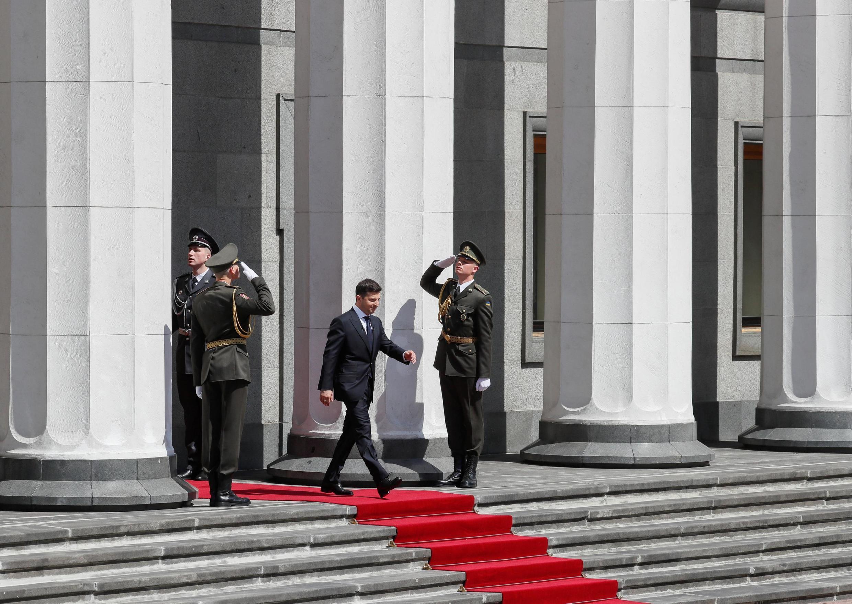 O novo Presidente ucraniano Volodymyr Zelensky saindo do Parlamento, logo após a sua investidura, neste 20 de Maio de 2019.