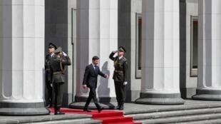 Le nouveau président ukrainien Volodymyr Zelenskiy quittant le Parlement après la cérémonie d'investiture, le 20 mai 2019.