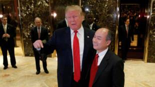 Donald Trump et Masayoshi Son, le PDG de Softbank, se sont adressés aux médias, le 6 décembre 2016 dans le hall d'entrée de la Trump Tower à Manhattan.