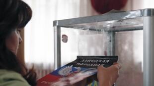 A Donetsk, une bénévole prépare les «élections locales» du dimanche 2 novembre.