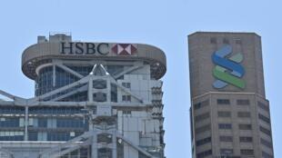 Los edificios de los gigantes bancarios HSBC y Standard Chartered, 28 de junio de 2020 en Hong Kong