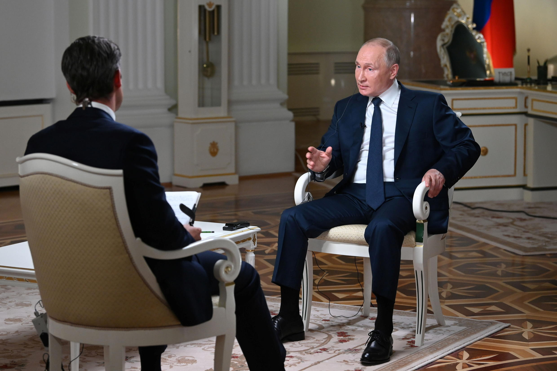 Le président russe Vladimir Poutine lors de son interview menée par le journaliste Keir Simmons de la chaîne américaine NBC,à Moscou, le 11 juin 2021. L'interview a été diffusée par NBC le 14 juin 2021.