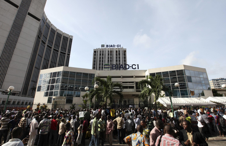 La foule amassée devant la Banque internationale pour l'Afrique occidentale, à Abidjan, le 28 avril 2011.