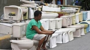 Un jeune garçon sur des toilettes.