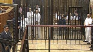 O presidente Hosni Mubarak no dia 3 de agosto, aguardando seu julgamento dentro de uma jaula.
