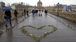 巴黎塞纳河上的艺术桥面上用玫瑰花摆放的心形图案。