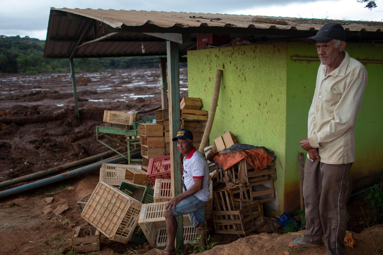 Des habitants de la communauté de Parque das Cachoeiras assistent à une mission de sauvetage dans la zone boueuse, après la rupture du barrage minier du géant minier Vale le 25 janvier 2019.