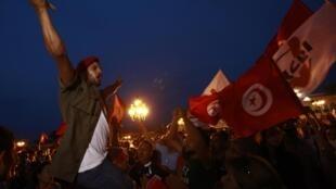 Un manifestant anti-gouvernement sur la place de la Kasbah, à Tunis.