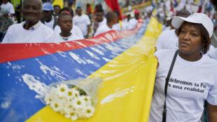 La population se mobilise dans les rues de Cali en soutien au processus de paix entre l'Etat colombien et les FARC.