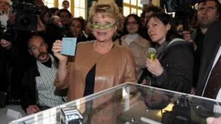 法國歐洲綠黨候選人艾娃-若利Eva Joly (中)2012年4月22日巴黎