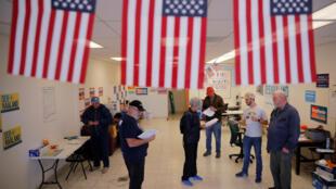 Ảnh minh họa : Tình nguyện viên chuẩn bị trước ngày bỏ phiếu giữa nhiệm kỳ. Ảnh tại một văn phòng đảng Dân Chủ ở Albuquerque, New Mexico, 4/11/2018.