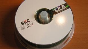Le CD-Rom, invention des plus utiles dans les années 90, est devenu obsolète depuis la création des clés USB, beaucoup plus petites et pouvant contenir 10 fois plus de données.