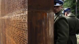 Солдаты у Мемориала с именами жертв расстрела в Катыни.