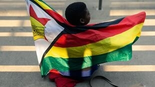 Yaro karami dauke da tutar kasar Zimbabwe