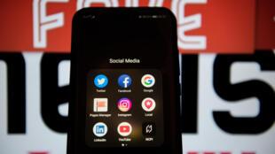 Avec l'explosion de la fréquentation d'Internet, la démocratisation des téléphones portables, on se trouve souvent seul à devoir démêler le vrai du faux dans le maquis des informations.