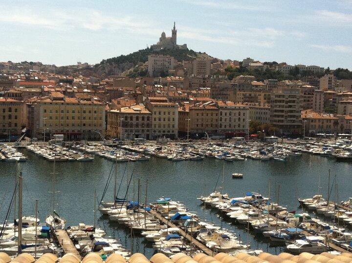 À Marseille, de nombreuses associations œuvrent à l'intégration des jeunes franco-comoriens qui connaissent le chômage et pour certain la délinquance.